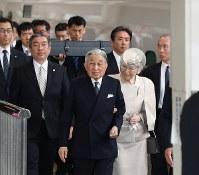 伊勢神宮参拝のため、JR東京駅を出発される天皇、皇后両陛下。後方は「三種の神器」の剣=2019年4月17日午後(代表撮影)