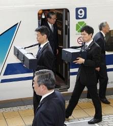 天皇、皇后両陛下に随行し、「三種の神器」の剣と璽をそれぞれ入れたケースを携えJR名古屋駅に到着した侍従=2019年4月17日午後(代表撮影)