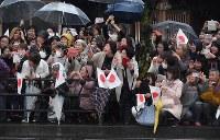 天皇、皇后両陛下を一目見ようと沿道に集まった市民ら=三重県伊勢市で2019年4月17日午後4時56分、大西岳彦撮影