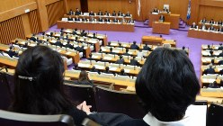HPVワクチンについて議論する県議会を見つめる母親たち