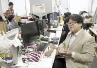 研究室の井上淳さん。パソコンの前だけでなく、自宅で風呂に入りながらも研究のアイデアを考えるという=東京都足立区の東京電機大で