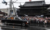 People on the roadside welcome a car carrying Emperor Akihito and Empress Michiko in the city of Ise, Mie Prefecture, on April 17, 2019. (Mainichi/Takehiko Onishi)