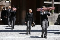 Emperor Akihito, center, visits the outer shrine of Ise Jingu Shrine in the city of Ise, Mie Prefecture, on April 18, 2019. (Mainichi/Koji Hyodo)