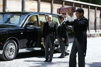 Emperor Akihito, left, arrives at the outer shrine of Ise Jingu Shrine in the city of Ise, Mie Prefecture, on April 18, 2019. (Mainichi/Koji Hyodo)