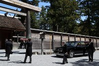 Emperor Akihito, second from right, visits the outer shrine of Ise Jingu Shrine in the city of Ise, Mie Prefecture, on April 18, 2019. (Mainichi/Koji Hyodo)