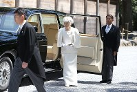 Empress Michiko, center, arrives at the outer shrine of Ise Jingu Shrine in the city of Ise, Mie Prefecture, on April 18, 2019. (Mainichi/Koji Hyodo)