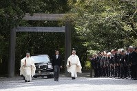 A car carrying Emperor Akihito is seen at the inner shrine of Ise Jingu Shrine in the city of Ise, Mie Prefecture, on April 18, 2019. (Mainichi/Koji Hyodo)