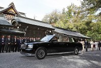 A car carrying Empress Michiko is seen at the inner shrine of Ise Jingu Shrine in the city of Ise, Mie Prefecture, on April 18, 2019. (Mainichi/Koji Hyodo)