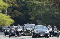 Cars carrying Emperor Akihito and Empress Michiko leave the inner shrine of Ise Jingu Shrine in the city of Ise, Mie Prefecture, on April 18, 2019. (Mainichi/Koji Hyodo)