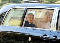 Emperor Akihito and Empress Michiko are driven from the inner shrine of Ise Jingu Shrine in the city of Ise, Mie Prefecture, on April 18, 2019. (Mainichi/Koji Hyodo)