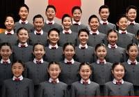 宝塚音楽学校の入学式を前に、記念撮影をする新入生=兵庫県宝塚市で2019年4月18日午前9時26分、木葉健二撮影