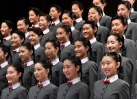 宝塚音楽学校の入学式を前に、記念撮影をする新入生=兵庫県宝塚市で2019年4月18日午前9時28分、木葉健二撮影