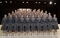 宝塚音楽学校の入学式を前に、記念撮影をする新入生=兵庫県宝塚市で2019年4月18日午前9時27分、木葉健二撮影