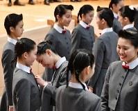 宝塚音楽学校の入学式後、上級生に校章を付けてもらう新入生=兵庫県宝塚市で2019年4月18日午前10時48分、木葉健二撮影