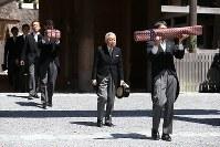 伊勢神宮の外宮を参拝された天皇陛下=三重県伊勢市で2019年4月18日午前11時、兵藤公治撮影