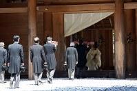 伊勢神宮外宮を参拝される天皇陛下=三重県伊勢市で2019年4月18日午前10時50分(代表撮影)