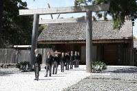 伊勢神宮の内宮を参拝された天皇陛下=三重県伊勢市で2019年4月18日午後1時49分(代表撮影)