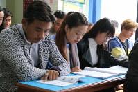 人材派遣会社が運営する日本語学校で学ぶ学生たち=カトマンズで、金子淳撮影