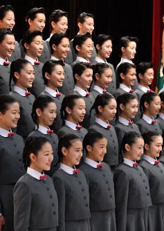 宝塚音楽学校の入学式を前に、記念撮影をする新入生=兵庫県宝塚市で2019年4月18日午前9時23分、木葉健二撮影