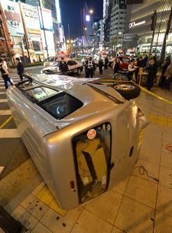 交通事故で歩道に乗り上げるように横転した軽ワゴン車=大阪市中央区で2019年4月18日午後8時1分、加古信志撮影