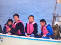 2016年1月6日に沖縄県名護市辺野古沖で取材する池上彰氏。海上警備にあたっていた警備員が撮影していた(画像の一部を加工しています)