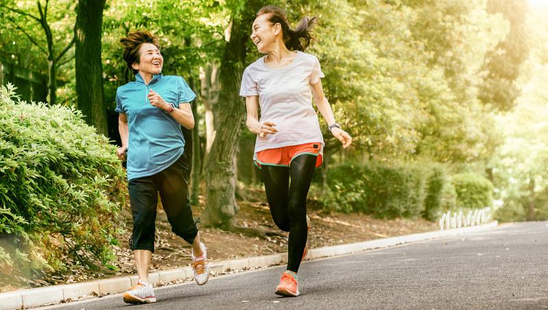 走る女性たち。尿漏れが減量で改善することもあるという