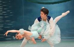 千野真沙美さんは自らの50歳を祝う公演で、長男円句さんと初共演した。息子に支えられた舞台について「夢を見ているようだった」と喜びに浸った=モスクワで2019年4月15日、大前仁撮影