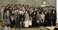 記念写真の撮影に応じる日本の「大学生訪韓団」の学生とソウル大の学生ら=ソウルで2019年3月15日、渋江千春撮影