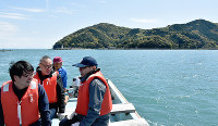 船の上で潮風を受ける参加者ら=高知県中土佐町上ノ加江で、北村栞撮影