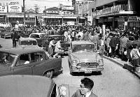 私鉄各社がストを行う中、平常通り営業した近鉄。ターミナルの上本町駅は大混雑した=1961年4月16日撮影