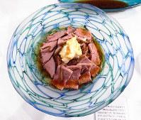 波のような模様の丸皿には、メインのローストビーフがベストマッチング=富山市新富町1の富山エクセルホテル東急で、青山郁子撮影