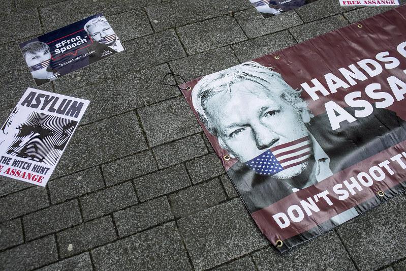 根強い支持者がいる。英ロンドンでまかれたアサンジを支持するポスター=4月11日(Bloomberg)