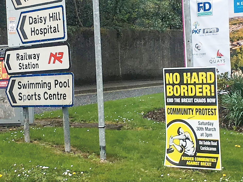 厳格な国境管理に反対する看板。北アイルランドの国境付近(筆者撮影)