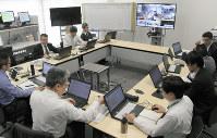 取引データを処理するシステムを監視する担当者=東京都内で2019年3月25日、竹地広憲撮影
