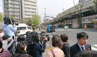 多くの報道陣や通行人で騒然とする事故現場付近=東京都豊島区で2019年4月19日午後1時57分、玉城達郎撮影