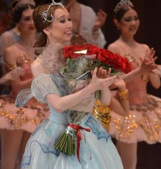 自らの50歳を祝う公演を終え、花束を抱える千野真沙美さん=モスクワで2019年4月15日、大前仁撮影