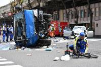 多重事故が発生した現場を調べる警視庁の捜査員ら=東京都豊島区で2019年4月19日午後1時23分、宮間俊樹撮影