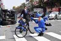 多重事故が発生した現場を調べる警視庁の捜査員ら=東京都豊島区で2019年4月19日午後1時27分、宮間俊樹撮影