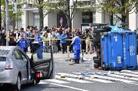 多重事故が発生した現場を調べる警視庁の捜査員ら=東京都豊島区で2019年4月19日午後1時17分、宮間俊樹撮影