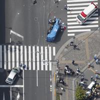 歩行者が巻き込まれる交通事故が発生した現場=東京都豊島区南池袋で2019年4月19日午後1時20分、本社ヘリから