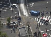 歩行者が巻き込まれる交通事故が発生した現場=東京都豊島区南池袋で2019年4月19日午後1時半、本社ヘリから