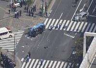 歩行者が巻き込まれる交通事故が発生した現場=東京都豊島区南池袋で2019年4月19日午後1時26分、本社ヘリから
