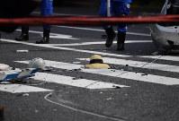 歩行者も巻き込まれた多重事故現場に落ちた麦わら帽子と子供用ヘルメット=東京都豊島区で2019年4月19日午後2時18分、宮間俊樹撮影