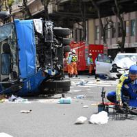 事故が発生した現場を調べる警視庁の捜査員ら=東京都豊島区で2019年4月19日午後1時23分、宮間俊樹撮影