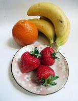 食卓を彩る鮮やかな果物=中本泰代撮影
