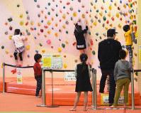福井県敦賀市のアミューズメント施設で遊ぶ子どもたち。市では若年層の定着が課題となっている=同市神楽町2で、大森治幸撮影