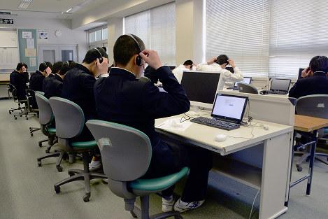 初めて実施された英語のテストで、「話す」能力を調べるためにヘッドセットを付ける生徒ら=松山市上市1の市立道後中で、花澤葵撮影