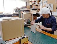 紙を正確に箱に貼る村上義彦さん=大阪市西成区天神ノ森1の村上紙器工業所で、亀田早苗撮影