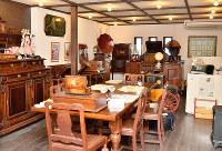アンティーク家具が並ぶ優雅な空間で、歯ブラシの歴史が分かる=大阪府茨木市の歯ブラシ専門館で、前本麻有撮影