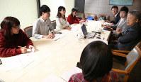 「投票のポイント」「政治とは」。池上彰さん(右端)に質問する学生記者